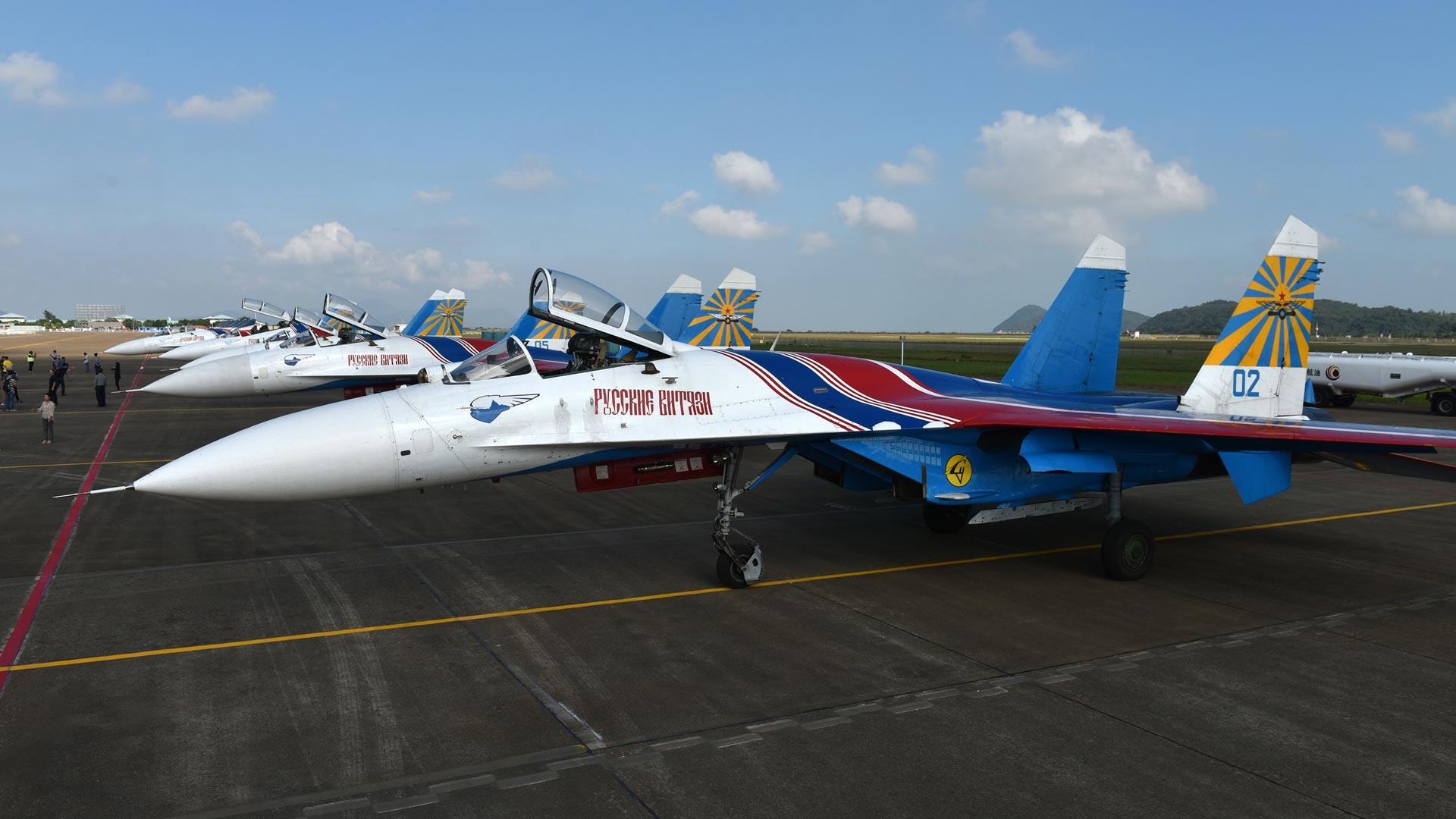 """俄罗斯""""勇士""""特技飞行表演队5架苏-27表演机停放在珠海机场."""