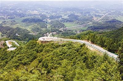 图为千公里绿色旅游公路佛宝山路段(资料照片)