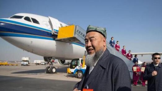 五次会议的新疆代表团乘飞机抵达北京首都国际机场