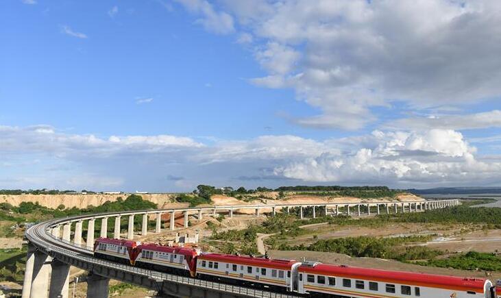 蒙内铁路是中国帮助肯尼亚修建的一条全线采用中国标准的标轨铁路,全长480公里,东起港口城市蒙巴萨,西至内罗毕,未来还将延伸至乌干达、卢旺达等非洲国家。  这条铁路是肯尼亚独立以来的最大基础设施建设项目,也是肯尼亚实现2030年国家发展愿景的旗舰工程,将于5月31日正式通车。 新华社记者 潘思危 摄