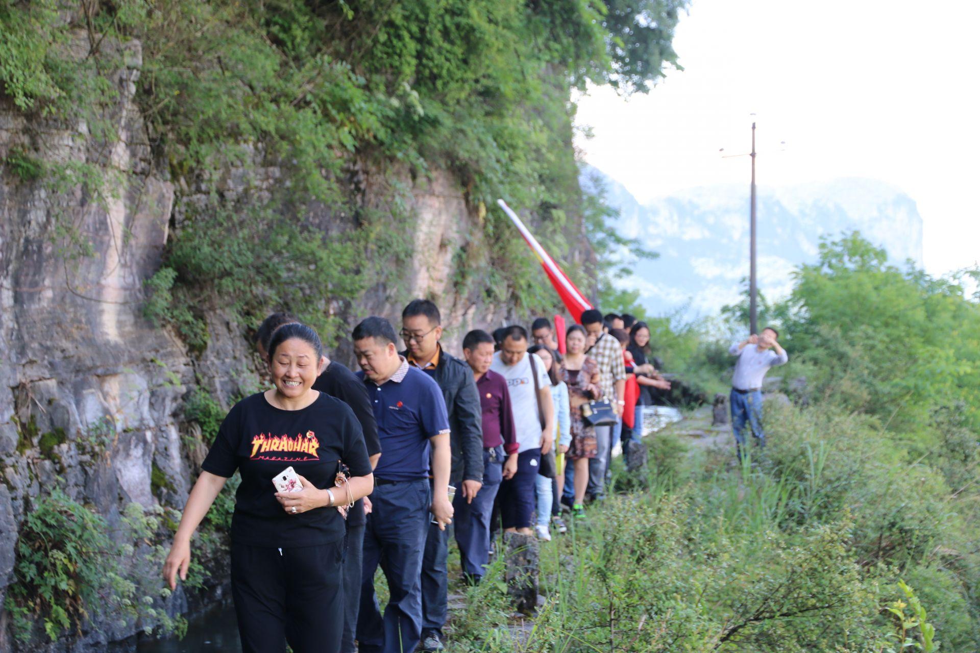 """""""红旗渠""""的修建有效解决了巴东,长阳两县沿途梯田的灌溉难题,它是上"""