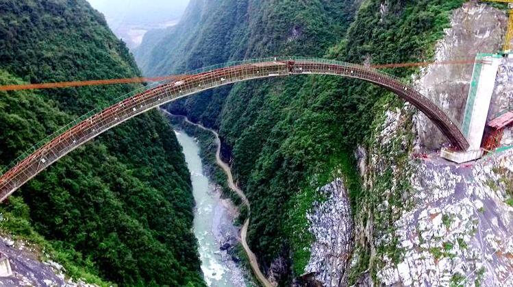 该桥位于省道南鹤公路鹤峰县南渡江,桥梁全长为272.
