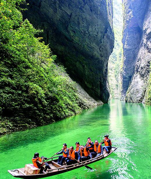 鹤峰县屏山峡谷水质清澈.