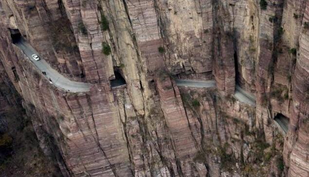 航拍河南绝壁公路 村民靠手砸出
