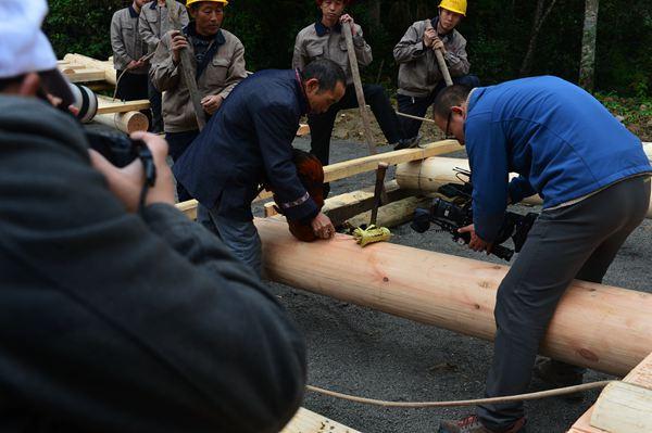 央视记者到咸丰拍摄土家族吊脚楼营造技艺