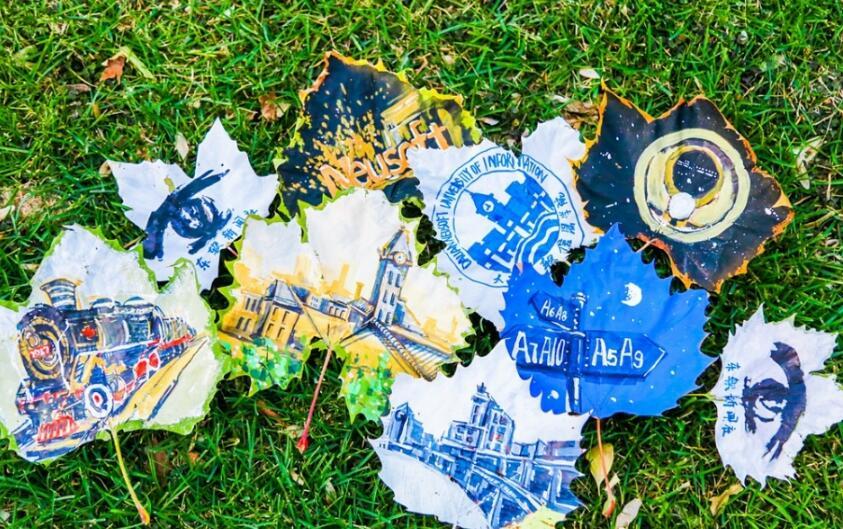 惊艳!把大学校园画在落叶上竟会这么美