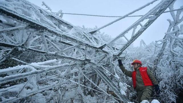 宣恩:风雪抢修保供电