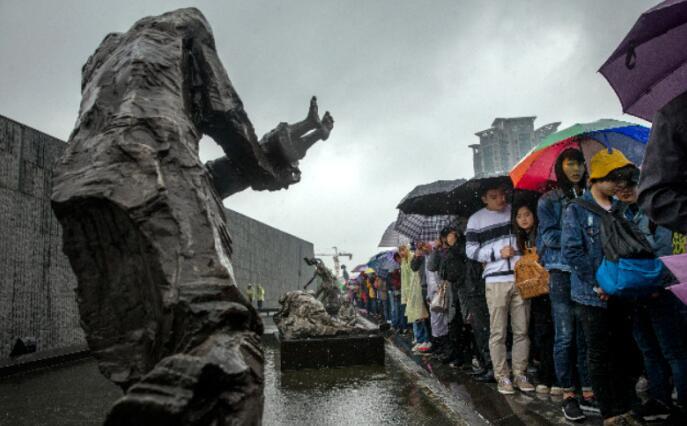 市民游客冒雨祭奠南京大屠杀遇难同胞
