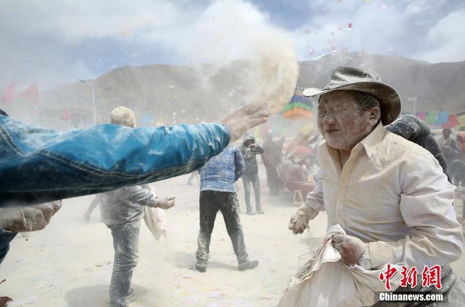 青海藏族民众糌粑狂欢节迎春耕