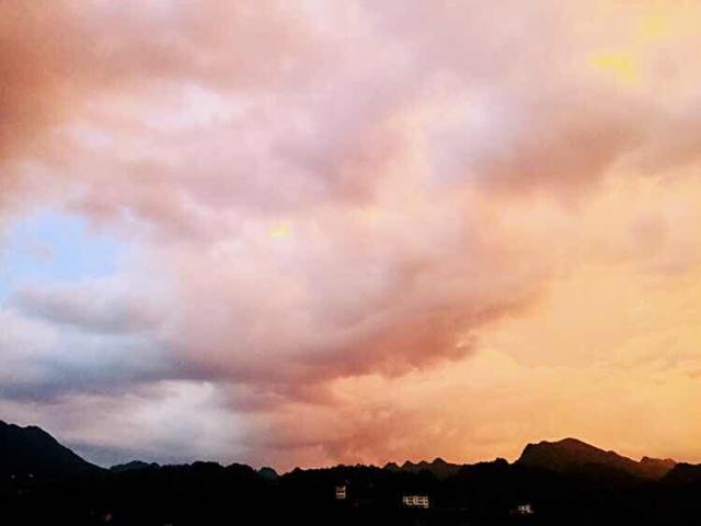 鹤峰:傍晚瞬息万变的云彩