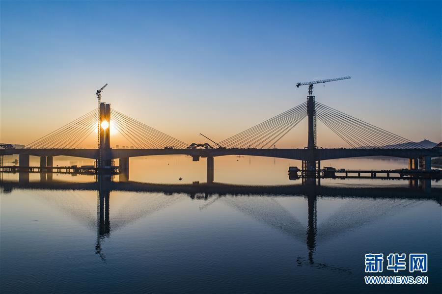 蒙華鐵路漢江特大橋完成掛索