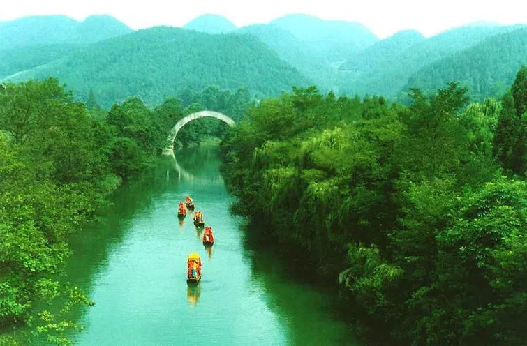 """距离利川市区12公里,有""""龙船水乡""""景区,可以乘船顺清江而下,欣赏清江"""