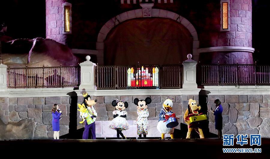 90岁了,上海迪士尼给米老鼠过生日