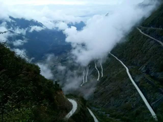 新闻中心 旅游 正文  一条丝带般的公路蜿蜒盘旋在山间,远远望去,这条