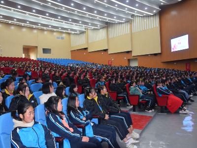 竹山職校:800余名女生齊聚禮堂學習健康知識