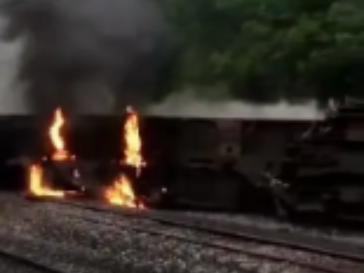 一列客运火车在湖南境内侧翻,现场起火