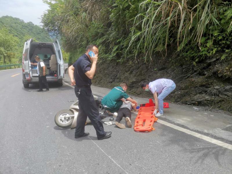 女子昏迷路边 民警及时救助