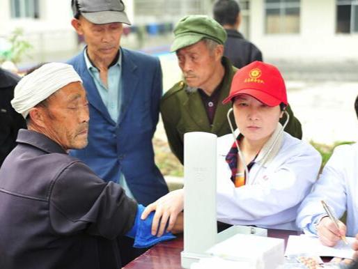柳林乡卫生院为福利院老人送健康