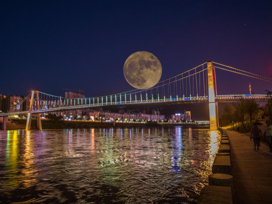 堵河升明月