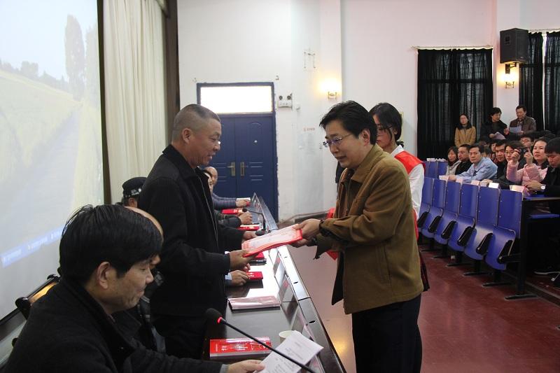 学院院长许松为客座教授颁发聘书.JPG