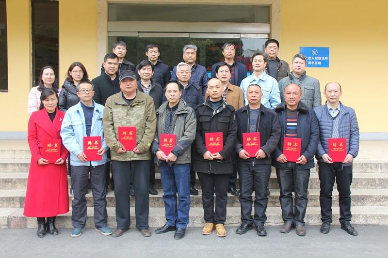 市人社局党组成员、副局长方永旭和学院领导班子与受聘客座教授合影.JPG