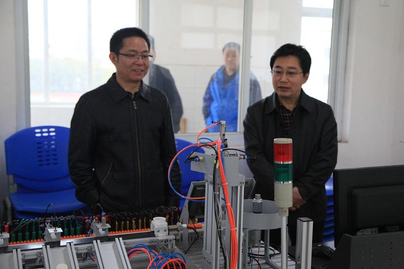 与会专家参观学院机电一体化实训设备.JPG