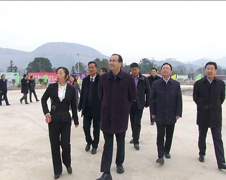 在刘仁八镇龙凤山景区,一年一度的年货节热闹上演,马旭明饶有兴致地观