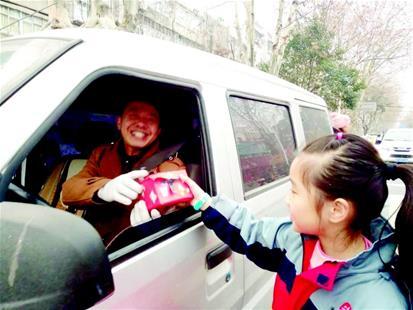 小学生正在给司机送垃圾桶图片