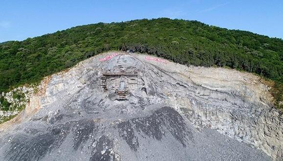 我国最大的山体头像雕像在襄阳横空出世,一个鼻孔可容纳十余人