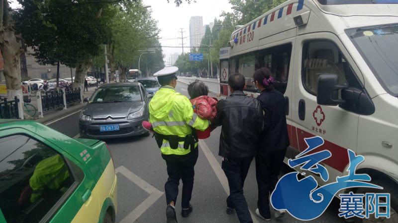 民警120接力救助突发晕厥八旬奶奶