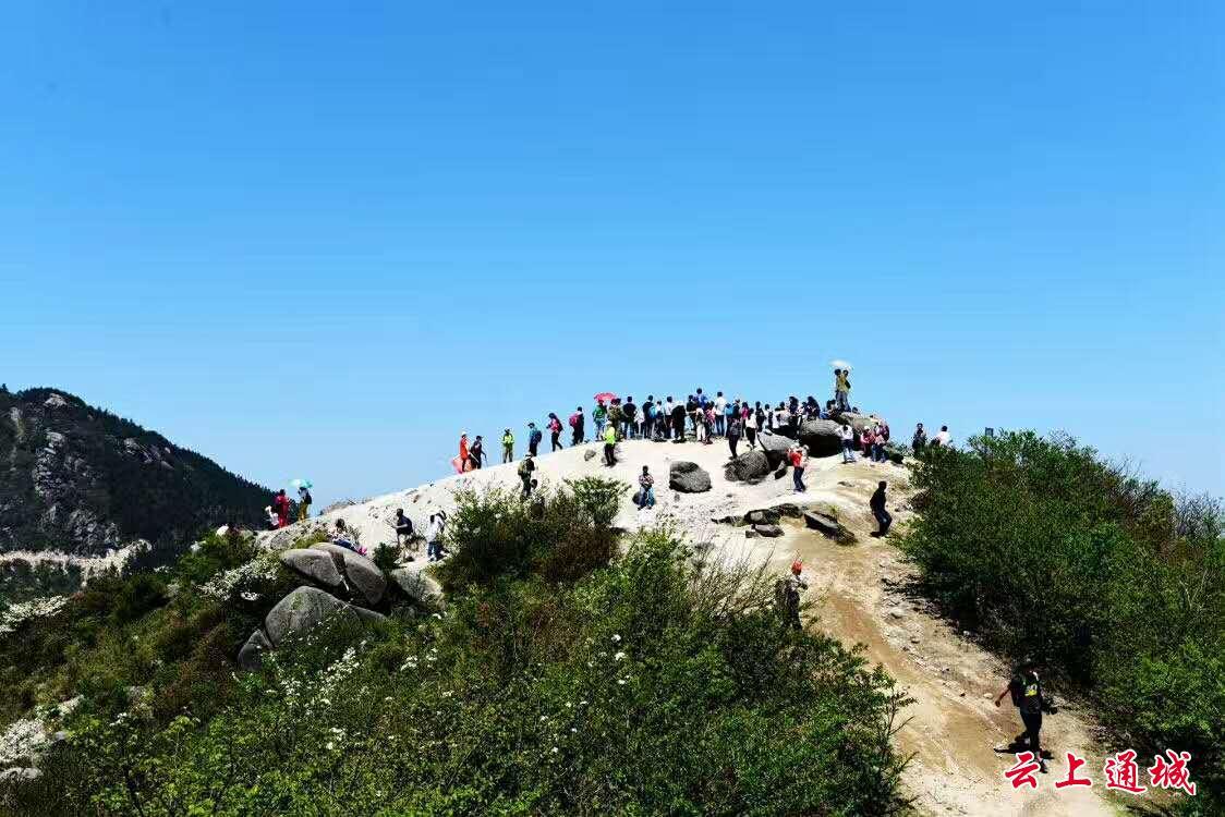 """黄龙山风景区位于湘鄂赣三省交界处的幕阜山北麓,素有""""一脚踏三省"""""""