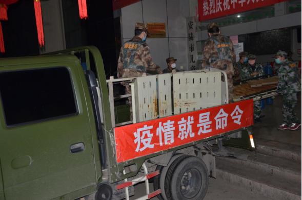 安陆市人武部火速调集20床被褥支援棠棣镇隔离病房