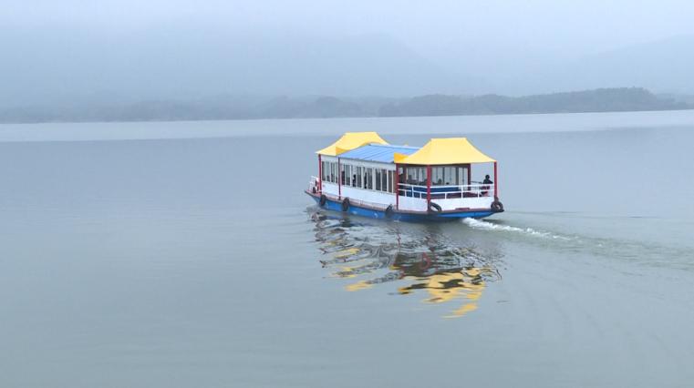 在赤壁市陆水湖风景区,不少外地游客纷纷组团或者自驾来到这里,身临