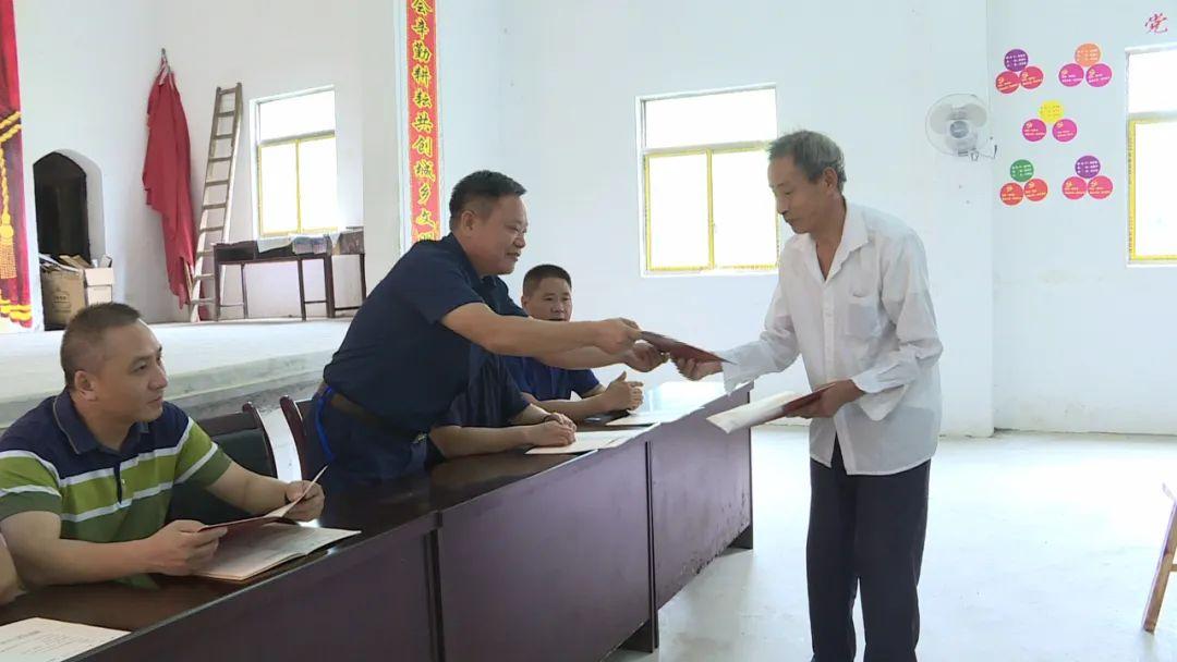 黄冈一地首批村民领到农村不动产权证书