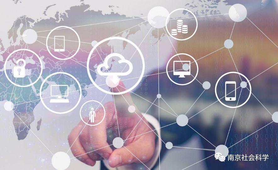 2 影响机制分析 互联网是信息技术的最新发展和典型代表,互联网经济效应的研究在更高的层次上从属于信息通信技术对经济绩效影响的研究。信息技术对经济增长的影响机制分为资本深化效应和技术溢出效应。资本深化效应是指,信息技术的发展带来信息技术产品价格持续下降,激励企业更多地进行信息技术投资,提高了资本积累水平,带动了整个经济体产出的增长。技术溢出效应是指由于信息技术是典型的通用型技术,信息技术生产部门的技术进步溢出到信息技术使用部门,提高了整个经济体全要素生产率水平。 借鉴结构变迁理论的分析思路,我们从需求侧和