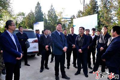 王军实地察看秦州区儿童乐园和南郭寺景区并现场办公