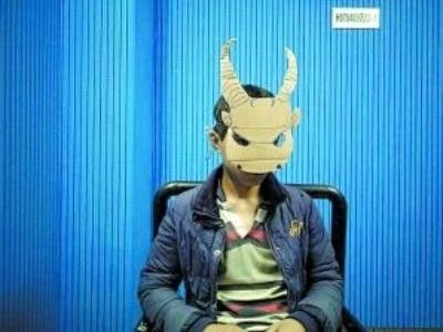 男孩戴纸皮恐怖面具出门吓人取乐
