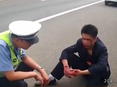 男子高速路下车遭拒怒打司机