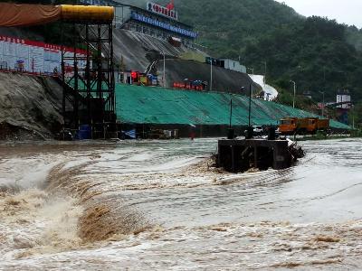 武当山快乐谷景区八名游客被困 消防赶往现场救援