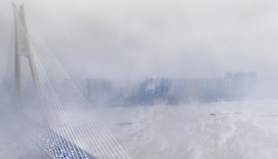 长江武汉段江面雾气升腾如仙境