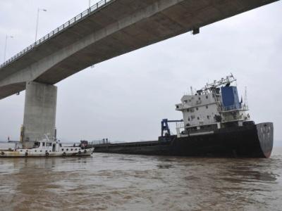船员跌入6米多深货舱 武汉海事部门调来升降机救人