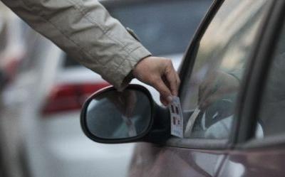 车窗上被插的小名片可能让你损失上千块