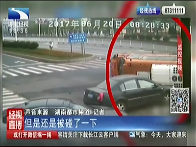 """湖南:校车被撞翻 市民""""接力抱""""救12名孩童"""