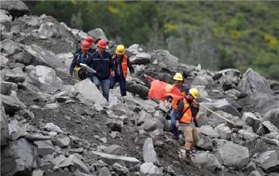 茂县山体垮塌 | 300余群众已被转移安置在附近小学和酒店