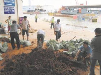 长江1号洪峰抵达汉口 ,在江边千万别做这些事!