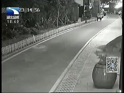 贵州:男孩遭持刀劫持 两保安徒手救人