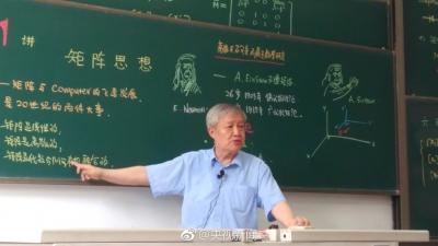 七旬教授写板书带漫画插图 课堂座无虚席