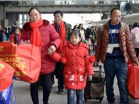 """武汉""""爱心专列"""" 送务工人员回家过欢乐年"""