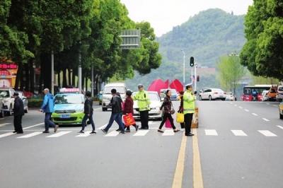 """宜昌:斑马线""""让""""出街头一道亮丽的风景"""