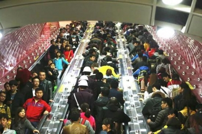 搭扶梯集体靠右站素质高?广州地铁:不提倡 挺危险
